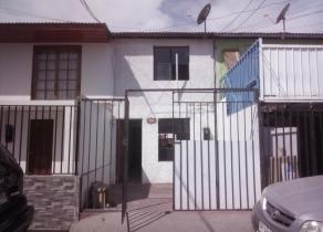 Casa de dos pisos, living comedor, cocina, dos baños, tres dormitorios
