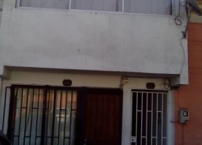 pequeño edificio con tres departamentos. 18 de Septiembre