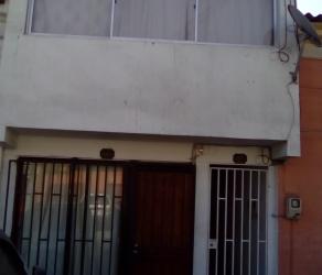Pequeño edificio con tres departamentos y Dos casas 18 de Septiembre