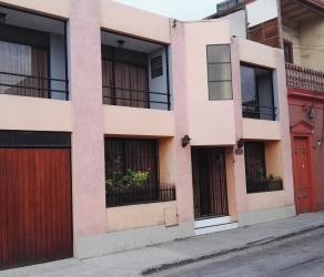 Centro de Iquique. Una hermosa Casa para tí. Amplios cuatro dormitorios, cuatro baños, patio, estacionamiento.